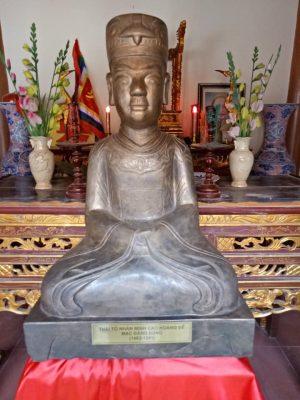 (Tiếng Việt) HỘI ĐỒNG MẠC TỘC VIỆT NAM TẶNG HỘI ĐỒNG MẠC TỘC NGHỆ AN  Pho tượng Thái Tổ Nhân Minh Cao Hoàng Đế Mạc Đăng Dung.